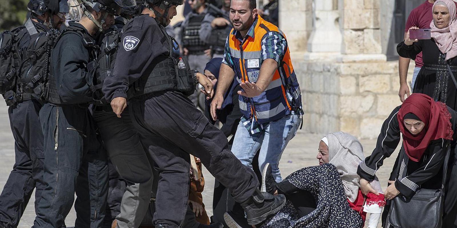 İsrail polisinden Mescid-i Aksa'ya saldırı: Namaz kılan cemaate gaz ve ses bombası attılar!
