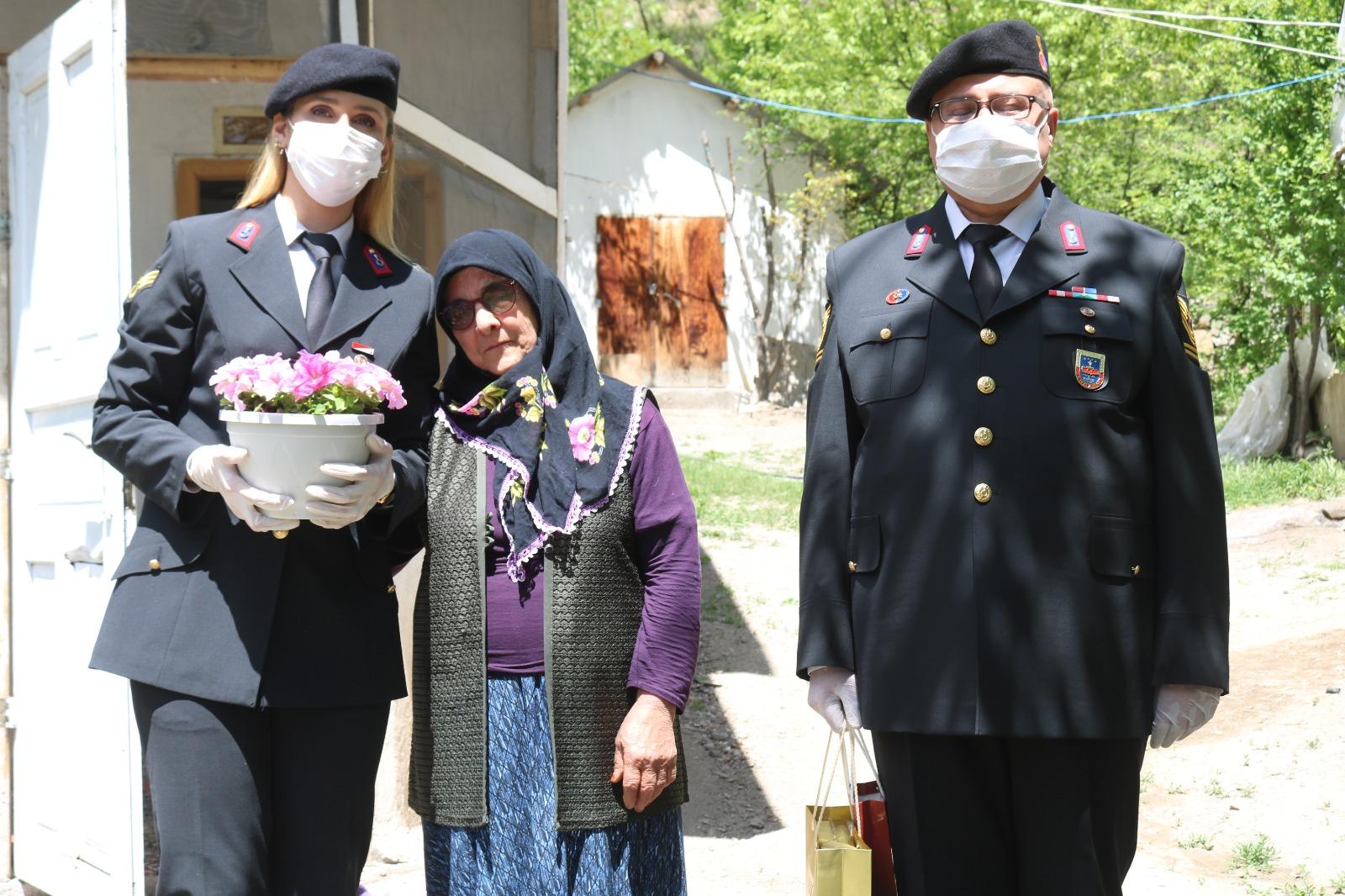 Erzurum'da şehit annesine jandarma Anneler Günü sürprizi yaptı