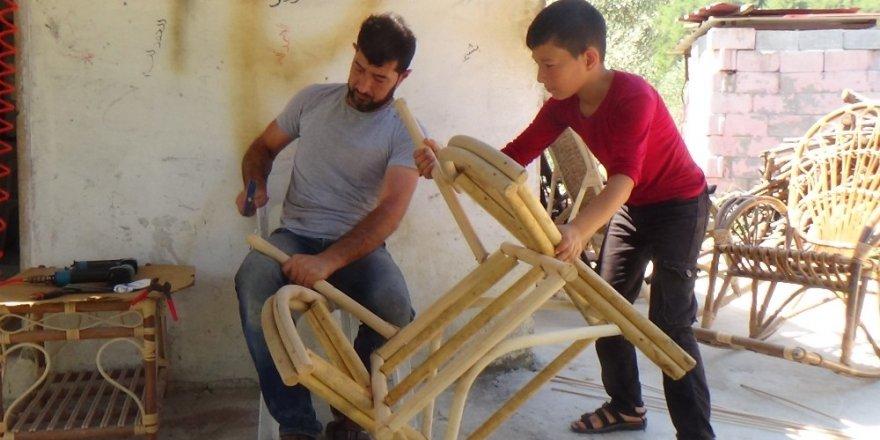 Suriyeli Hajhasan bambudan bahçe mobilyası üretiyor
