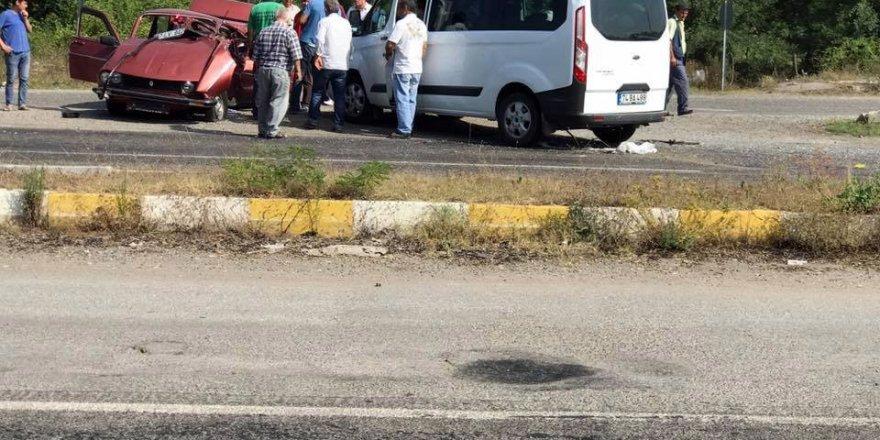 Minibüs ile otomobil kafa kafaya çarpıştı: 2 yaralı