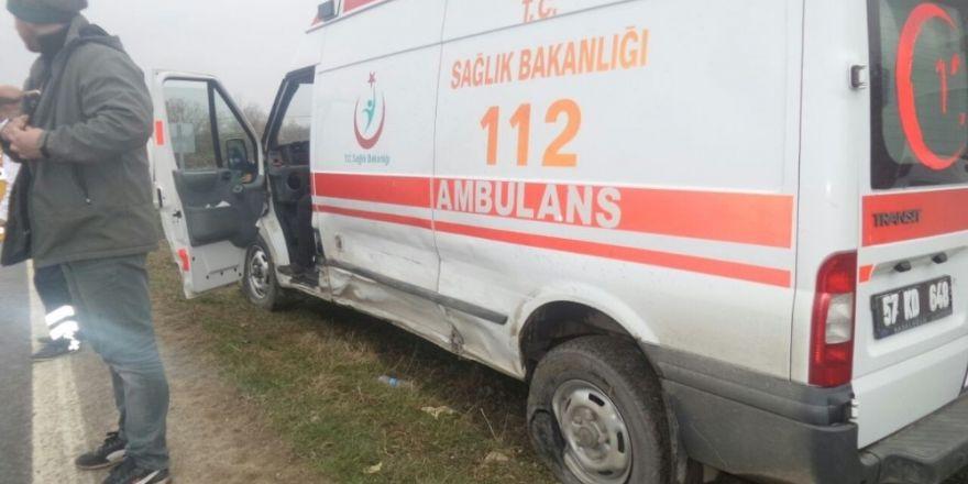 Sinop'ta ambulansla cip çarpıştı