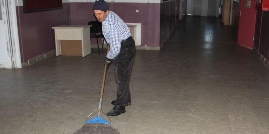 Veliler okulu gönüllü temizliyor