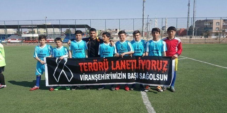 Futbolculardan teröre lanet pankartı