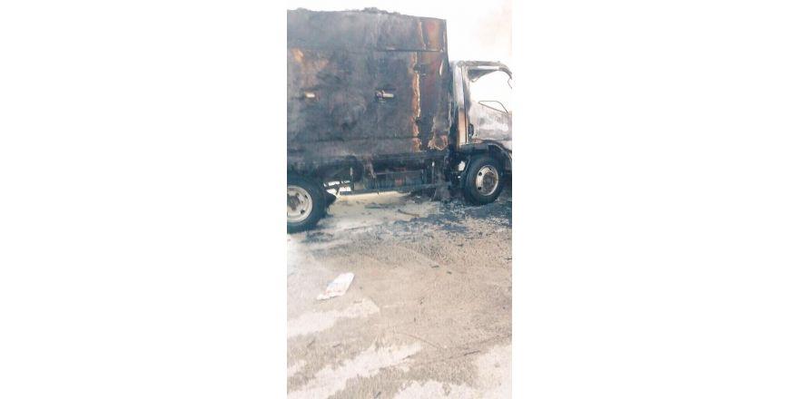 Alev alan kamyonet kullanılamaz hale geldi