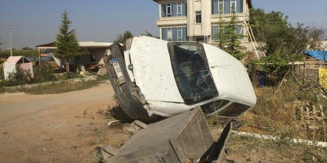 Çöp bidonuna çarpan hafif ticari araç evin bahçesine devrildi: 1 yaralı