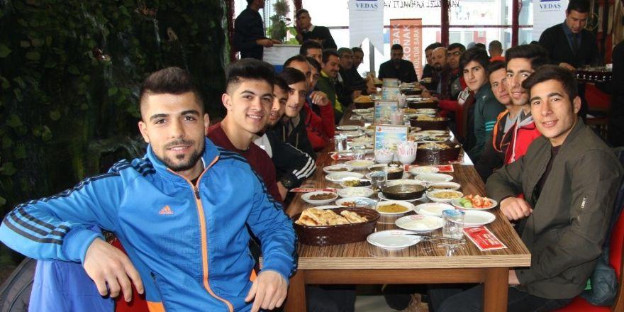 VEDAŞ'tan hentbol takımı oyuncularına moral kahvaltısı
