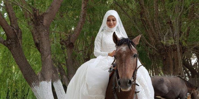 Biniciliği seven gelin, düğün öncesinde gelinlikle ata bindi