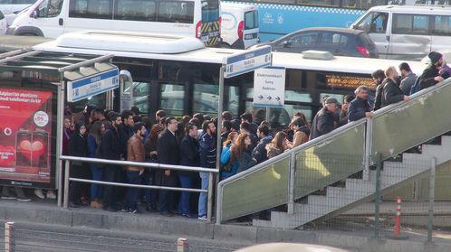 Okullar başladı metrobüs duraklarında uzun kuyruklar oluştu