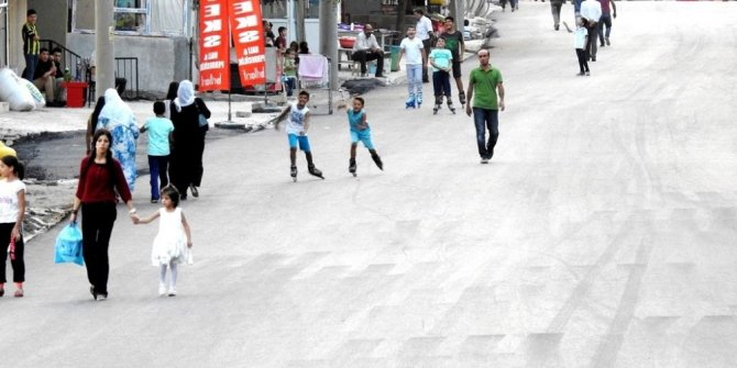 Şırnaklı çocukların asfaltlanan yollarda paten keyfi