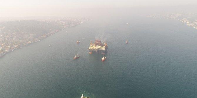 'Scarabeo 9' adlı dev petrol arama platformunun geçişi havadan görüntülendi