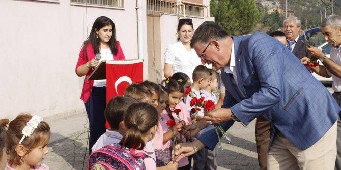 Başkan Duymuş okula yeni başlayan 1'inci sınıf öğrencilerine karanfil dağıttı