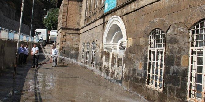 Bitlis Belediyesi okul bahçelerini yıkadı