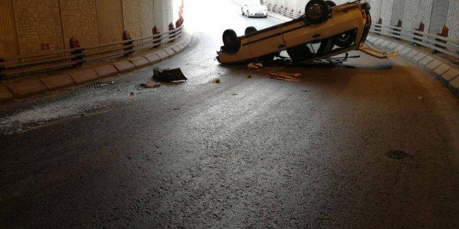 Direksiyon hakimiyeti kaybolan otomobil alt geçitte takla attı