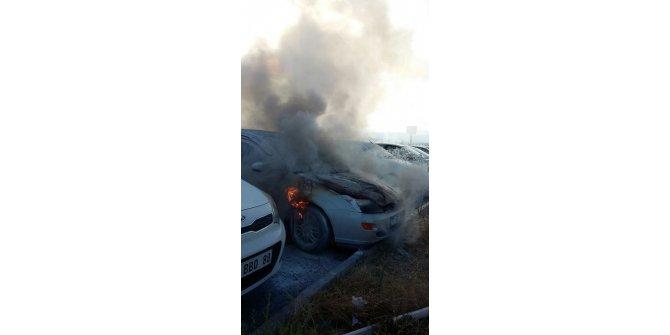 Ayvalık'ta park halindeki otomobil yandı