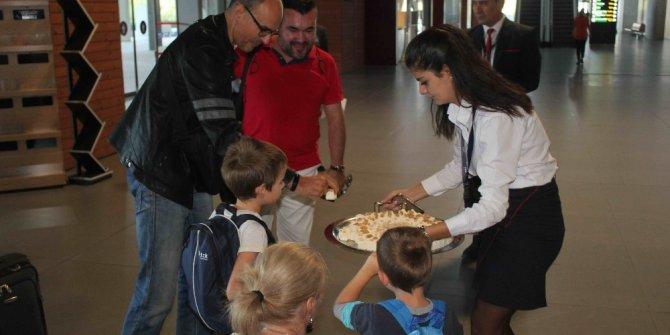 Bulgaristan'dan gelen ilk turist kafilesi Türk lokumuyla karşılandı