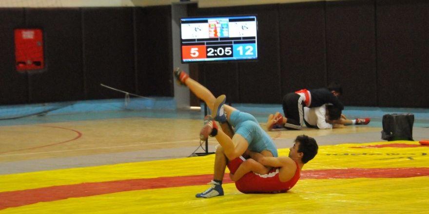 Adana'da Okullararası Gençler Güreş İl Birinciliği yapıldı