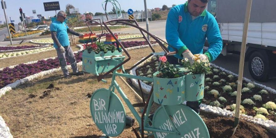 Alanya Belediyesi, kavşak ve refüjlere bisiklet objesi yerleştirdi