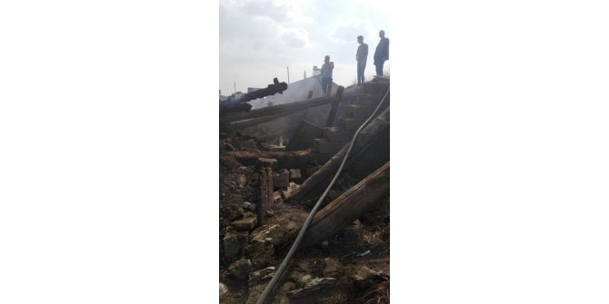 Köyde çıkan yangında bir ev küle döndü