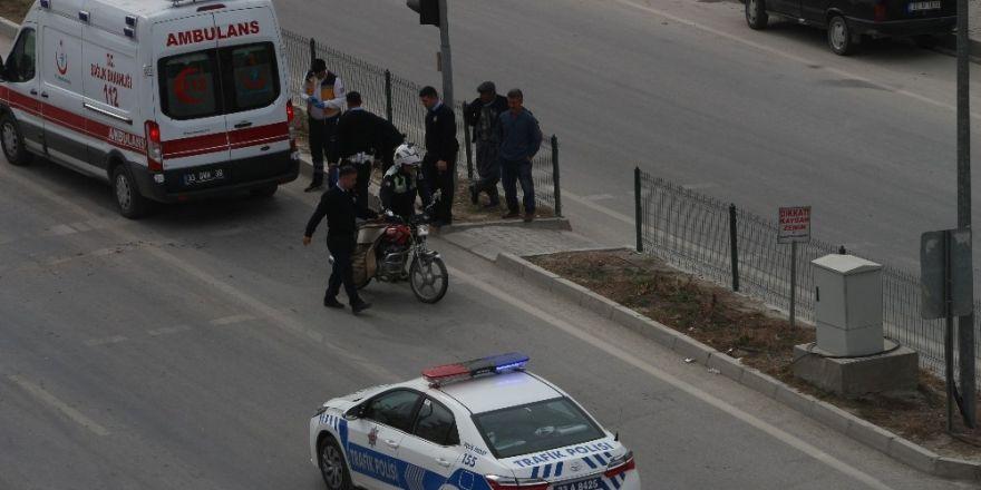 Kamyonet ışıklarda motosiklete arkadan çarptı; 1 yaralı