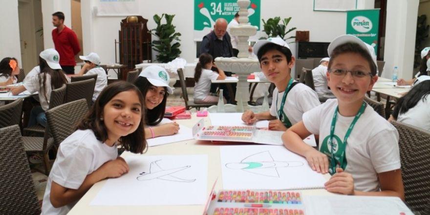 Pınar, çocuklara resim yapmayı il il gezerek sevdiriyor