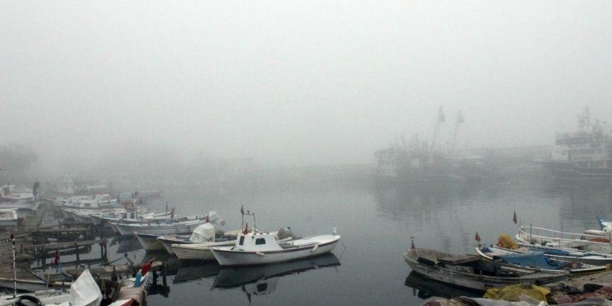 Yoğun sis deniz ve karayolu ulaşımını olumsuz etkiledi