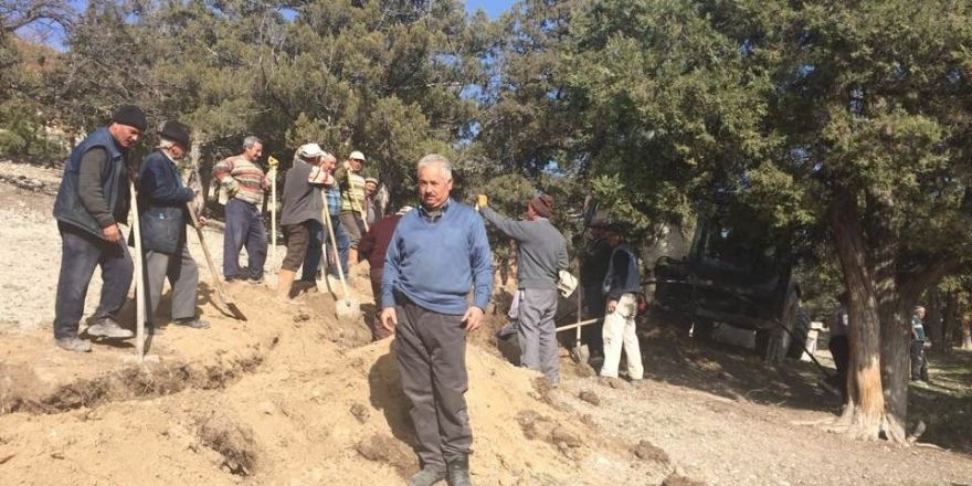 Şeyhler köyünde imece usulü çeşme suyu hattı yenileme çalışması