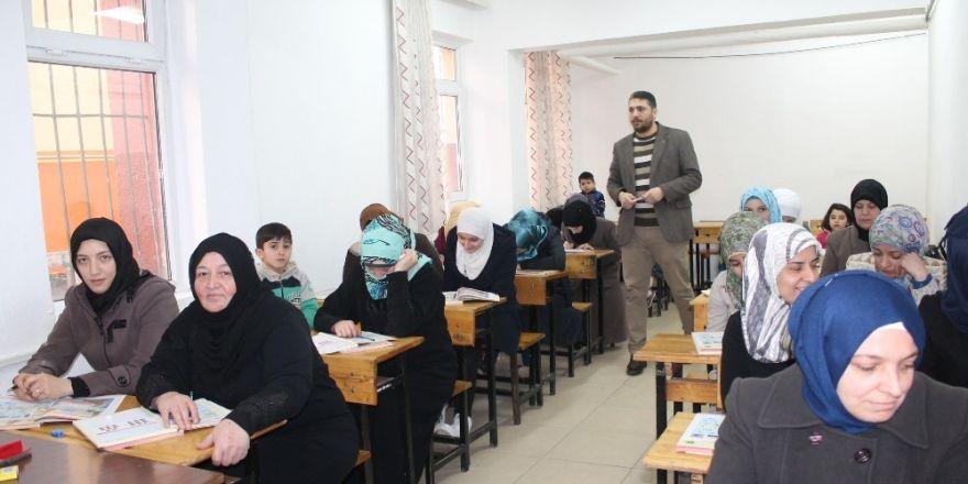 Tosya'da Suriyeliler için Türkçe Dil Kursu açıldı