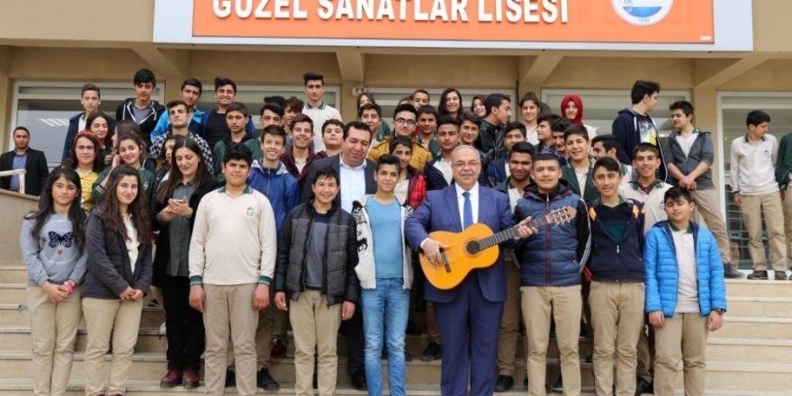 Başkan Kutlu, öğrencilerle şarkı söyledi