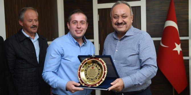 Duyarlı otobüs şoförüne, Belediye Başkanı Tahsin Babaş'tan plaket