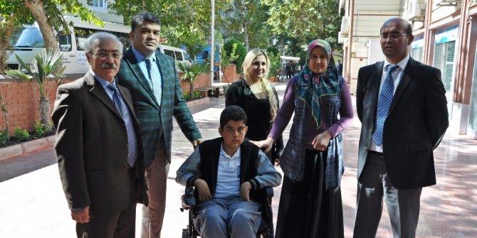 Engelli öğrenciye akülü tekerlekli sandalye verildi