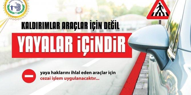 Kaldırımlara araç park eden sürücüler bilboardlar ile uyarılıyor