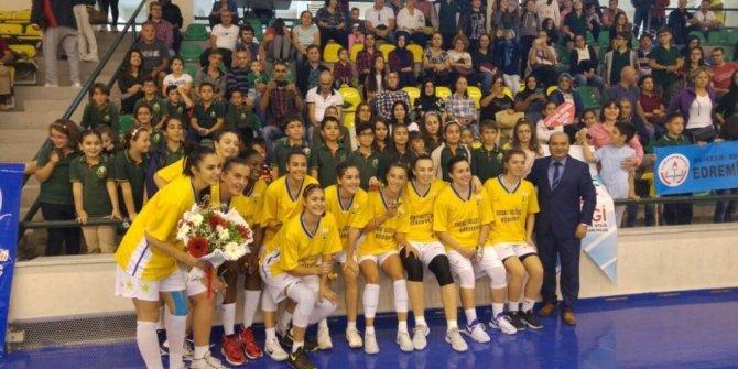 Basketbolculara öğrencilerden taraftar desteği