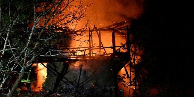 Tosya'da çıkan yangında 2 katlı ahşap ev yandı