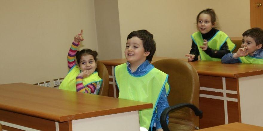 Minik öğrencilerden Başkan Şirin'e jest