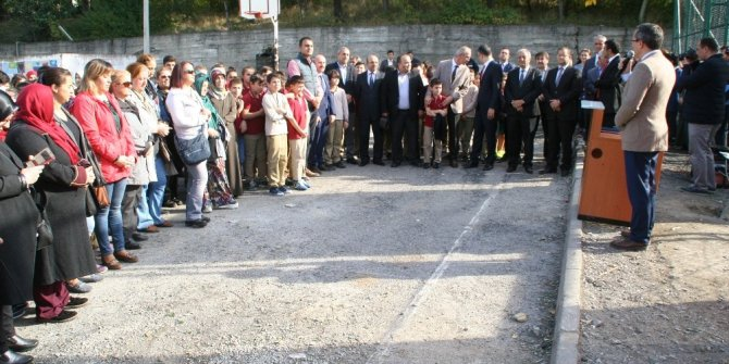 Ahmet Taner Kışlalı Ortaokuluna halı saha