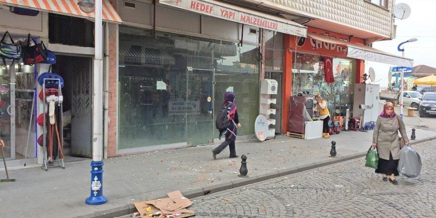 Rize'nin Pazar ilçesinde sokakta yürüyen vatandaşın kafasına tuğla düştü