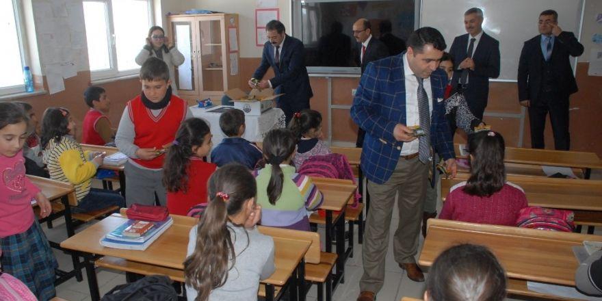 Tuşba'da öğrencilere kuru üzüm dağıtımı