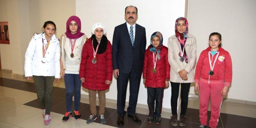 Başkan Altay'dan Sızmalı sporculara destek