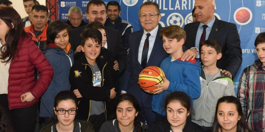 Büyükşehir okullara top dağıttı
