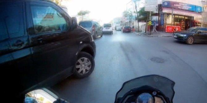 Ümraniye'de motosikletin minibüse çarptığı anlar kamerada