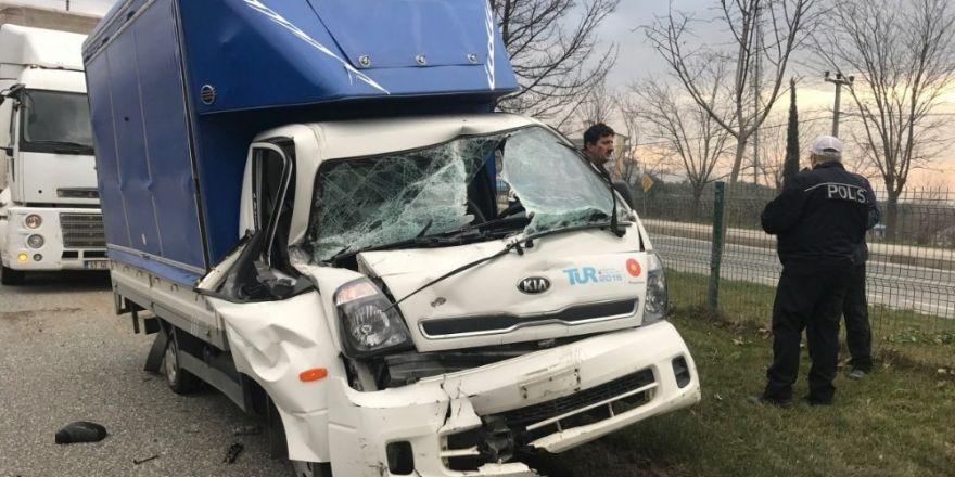 Bursa'da feci kaza...Kamyonet iki TIR'ın arasına sıkıştı