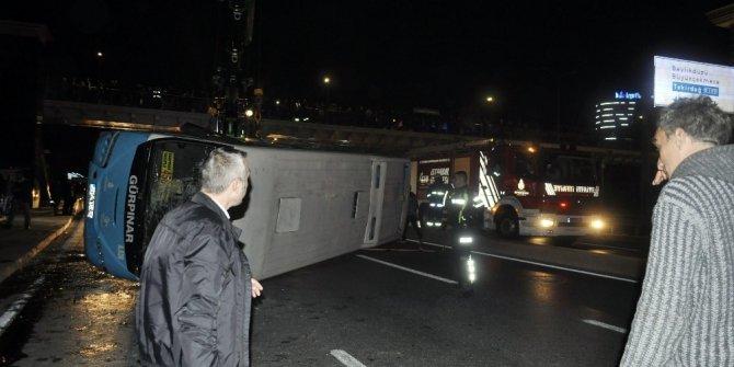 Haramidere kavşağında halk otobüsü devrildi: 6 yaralı