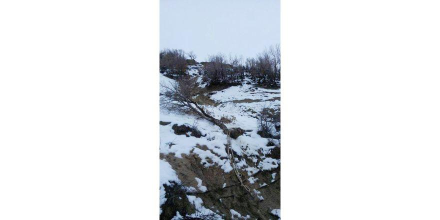Dağdan kopan dev kaya parçası faciaya neden oluyordu