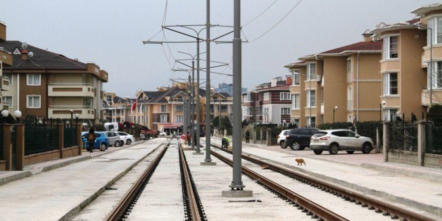 Tramvay hattında elektrik telleri çekiliyor