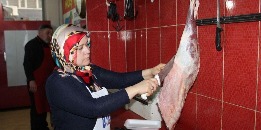 Siirt'in ilk kadın kasabı erkeklere taş çıkarıyor