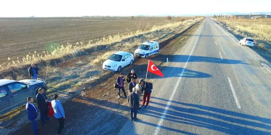 Türk bayrağıyla Ömer Halisdemir'in mezarına yürüyor