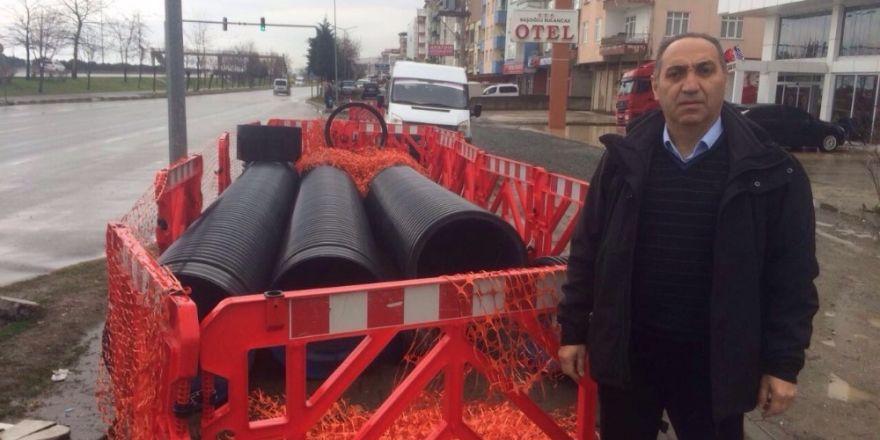 İl Genel Meclis üyesi Ömer Mustafa Yılmaz, bitmek bilmeyen kanalizasyon çalışmasına tepki gösterdi.