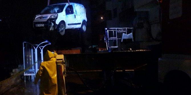 Siirt'te istinat duvarı çöktü, 2 araç kullanılamaz hale geldi