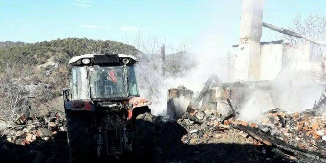 Taşköprü'de yangında iki aile evsiz kaldı