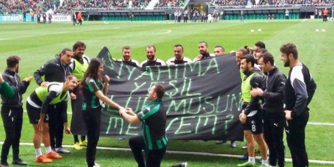 Yeni Sakarya Atatürk stadyumunda evlenme teklifi etti